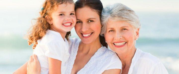 3 générations de femmes qui sourient devant la mer
