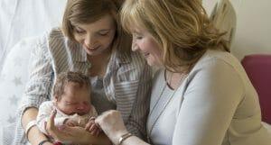 deux femmes à l'hopital avec une petite file qui vient de naître