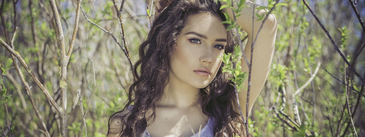 jeune femme méditerranéenne